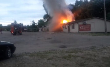 Video: Trešdienas vakarā Carnikavā aizdedzies veikala jumts