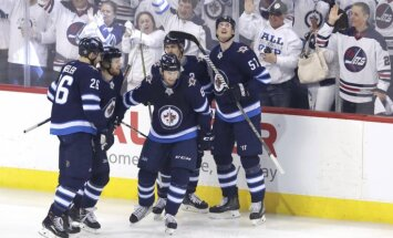 """НХЛ: """"Виннипег"""" разгромил """"Миннесоту"""" и впервые в истории выиграл серию плей-офф"""