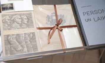Foto: Ar svinīgiem dāvinājumiem Tautas grāmatu plauktam atklāts Latvijas simtgades gads