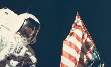 Pirmais selfijs orbītā un pirmā krāsainā Zemes fotogrāfija – unikāli NASA kadri