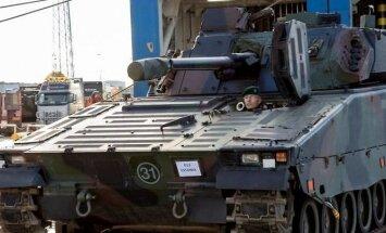 Foto: Igauņi saņem no Nīderlandes iegādātās kājnieku kaujas mašīnas