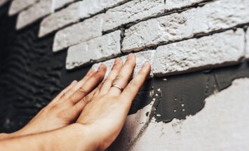 Šarmanto ķieģeļu klātbūtne – kā izveidot sienu apdari no flīzēm