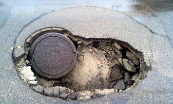 Тысячи люков канализационных колодцев угрожают безопасности движения