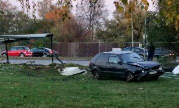 Dārzciema ielā, avarējušai automašīnai ietriecoties pieturā, cieš tur stāvošs pusaudzis