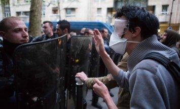 Foto: Sadursmes starp policiju un protestētājiem pie migrantu ieņemtas skolas Parīzē