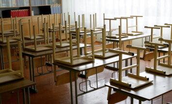 Skolu likvidācija: pirmspensijas vecuma pedagogiem sola sešu mēnešu pabalstu