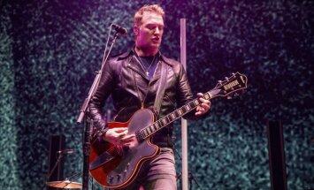 'Queens of the Stone Age' līderis Džošs Homme koncerta laikā iesper fotogrāfei