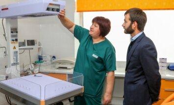 Madonas dzemdību nodaļa tikusi pie jauna intensīvās aprūpes aparāta un dzirdes pārbaudes ierīces