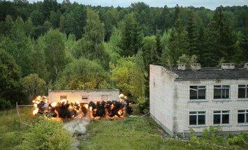Video: Kā karavīri un zemessargi mācībās Skrundā spridzināja ēkas