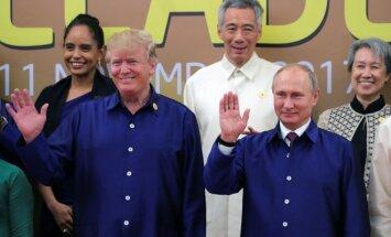 Foto: Putins un Tramps satiekas Āzijas samitā