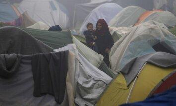 Aizdegusies nometne Lesbas salā, kur mitinās tūkstošiem bēgļu