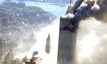 Foto: NEW YORK CITY POLICE / ABC NEWS. Sabiedrības uzmanības lokā nonāca līdz šim neredzētas Ņujorkas 2001. gada 11. septembra traģisko notikumu fotogrāfijas. Retus teroristiskā akta uzņēmumus veica policijas helikoptera pilots, kurš viens no pirmajiem ie