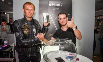ФОТО: В Латвии начались продажи Apple iPhone 7; первым смартфон за €999 купил нейрохирург