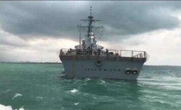 Video: ASV karakuģis pie Singapūras saskrējies ar naftas tankkuģi