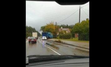 Video: Lubānas ielā avarējis smagais auto
