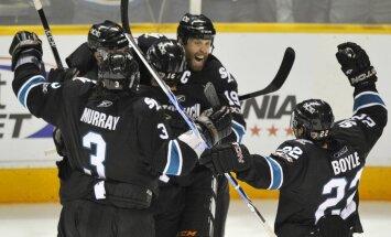 Video: 'Sharks' hokejists sit pretiniekam ar nūjas galu un saņem diskvalifikāciju