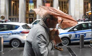 Foto: ASV austrumkrastu pluina vētra, bloķējot satiksmi un paņemot piecu cilvēku dzīvības