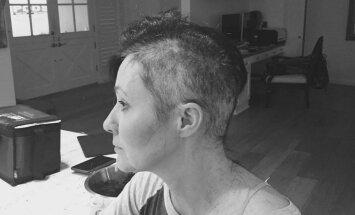 Foto: Ar vēzi slimā seriāla 'Beverlihilsa' zvaigzne noskuj matus