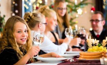 Bērnu šampanietis, saskandināšana un citas 'saviesīgas tradīcijas' - ko tās iemāca bērnam?