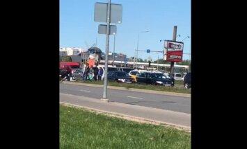 Video: Kaušļi uz brīdi paralizē satiksmi Krasta ielā