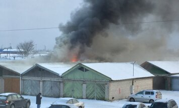 Foto: Garāžās Bolderājā izcēlies ugunsgrēks; viens cilvēks cietis