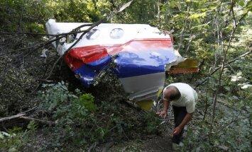 Ukraina: Malaizijas lidmašīna iznīcināta raķetes sprādziena šķembu triecienā
