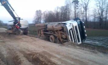 ВИДЕО: На разбитой грунтовке перевернулся молоковоз с 12 тоннами молока