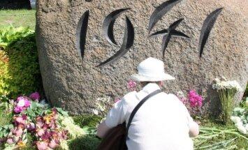 Goda sardze un atceres pasākumi – Latvijā piemin 14. jūnija deportāciju upurus