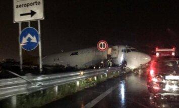 Lidmašīna Bergamo noskrien no skrejceļa un ietriecas šosejas malā