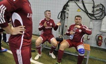 Foto: Latvijas sieviešu futbola izlase uzvar Saeimas komandu