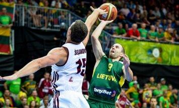 Latvijas basketbolisti Baltijas valstu derbijā līdzīgā cīņā piekāpjas Lietuvai