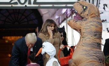 Foto: Trampu pāris Baltā nama Helovīna dzīrēs priecē bērniņus