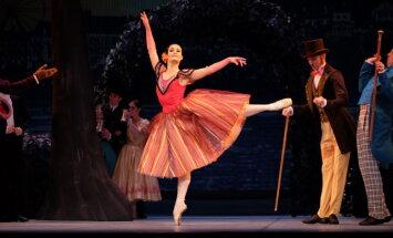 Foto: Pirmizrādi piedzīvo krāšņais kostīmu balets 'Pie zilās Donavas'