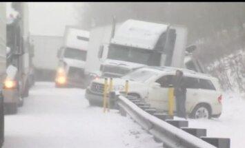 Video: Sniegavētras dēļ ASV saskrienas 60 automašīnas