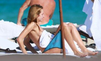 Foto: Amerikāņu modele sauļojas kailām krūtīm