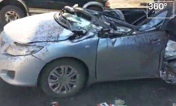 Video: Kā sprāgusi pašizgāzēja riepa var kritienā saplacināt vieglo auto