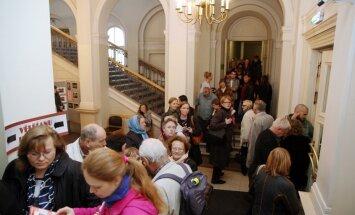 Vēlēšanu iecirknī Rīgas Valsts 1.ģimnāzijā izveidojusies vairāk nekā 100 balsotāju rinda