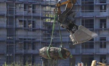 Foto: Berlīnē neitralizēta 500 kilogramus smagā britu aviobumba