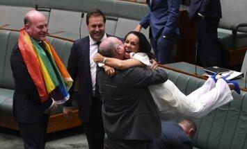 Video: Pēc viendzimumu laulību atzīšanas Austrālijas parlamentārieši vienojas dziesmā