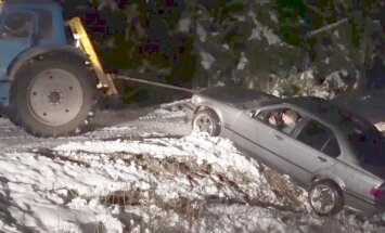 Video: Kad BMW vilkšana no grāvja ar traktoru noiet greizi