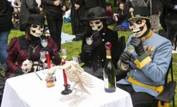 Krāšņi kadri: Vācijā noticis gotiskās mūzikas un kultūras festivāls 'Wave Gotik Treffen'