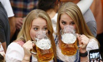 Foto: Lietū un paaugstinātos drošības apstākļos atklāts līksmais alus festivāls 'Oktoberfest'