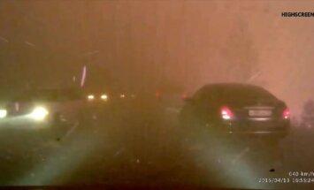 'Tā varētu izskatīties ellē': video no mežu ugunsgrēku apņemtas šosejas Sibīrijā