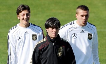 epa02206925 German players Mesut Oezil (L) and Lukas Podolski (R) and german headcoach Joachim Loew (C) during a training session of the German national soccer team in Super Stadium in  Atteridgeville near Pretoria, South Africa, 17 June 2010. Germany wil