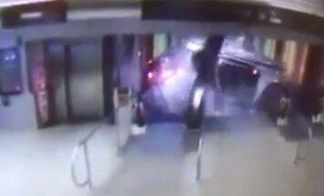 Video: Vilciens Čikāgā ietriecas eskalatorā