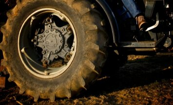 Starp auto un traktoru tiek saspiesta sieviete