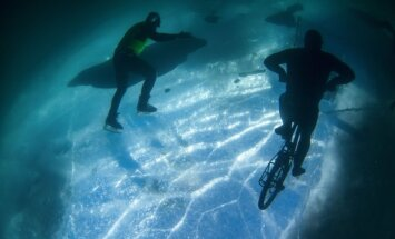 Neticami foto no Sibīrijas: ar velosipēdu zem ledus