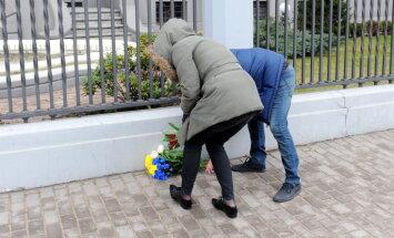Рижане несут цветы к посольству России в память о Немцове