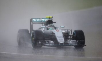 Rosbergs uzvar haotiskajā Ungārijas 'Grand Prix' kvalifikācijā