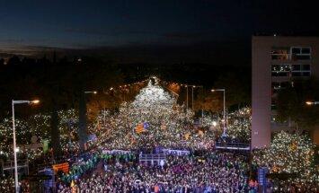 Tūkstošiem cilvēku demonstrācijā Barselonā prasa Katalonijas līderu atbrīvošanu